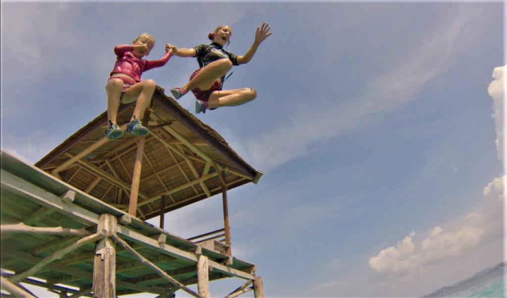 chatounette et chatoune se jettent du ponton à bolilanga, togian