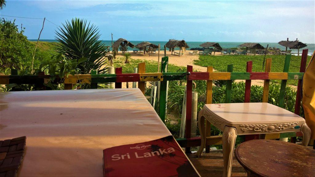 restaurant de notre guest-house gems garden avec vue sur la plage de tangalle