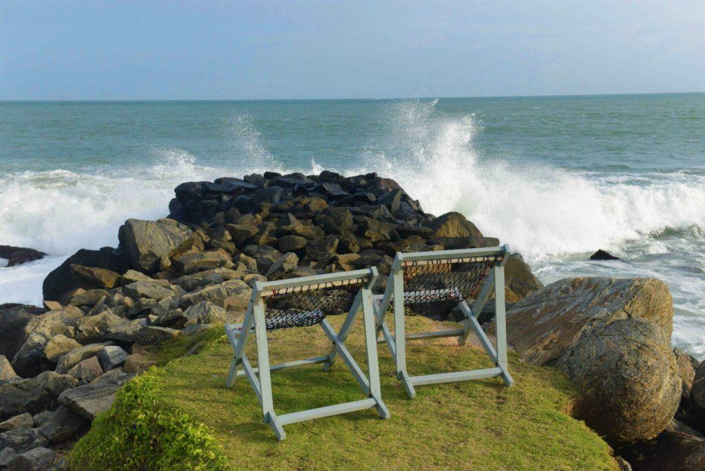transats devant la mer démontée de tangalle devant gems garden guest-house