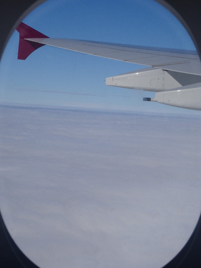 vue sur la mer de nuage depuis l'avion pour colombo