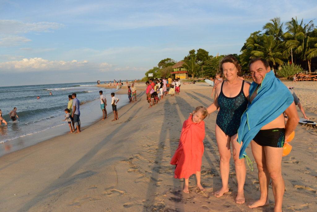 pépère, mamisa et chatounette sur la plage d'arugam bay