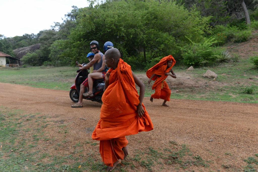en scooter près de elephant rock, piste en terre et moines