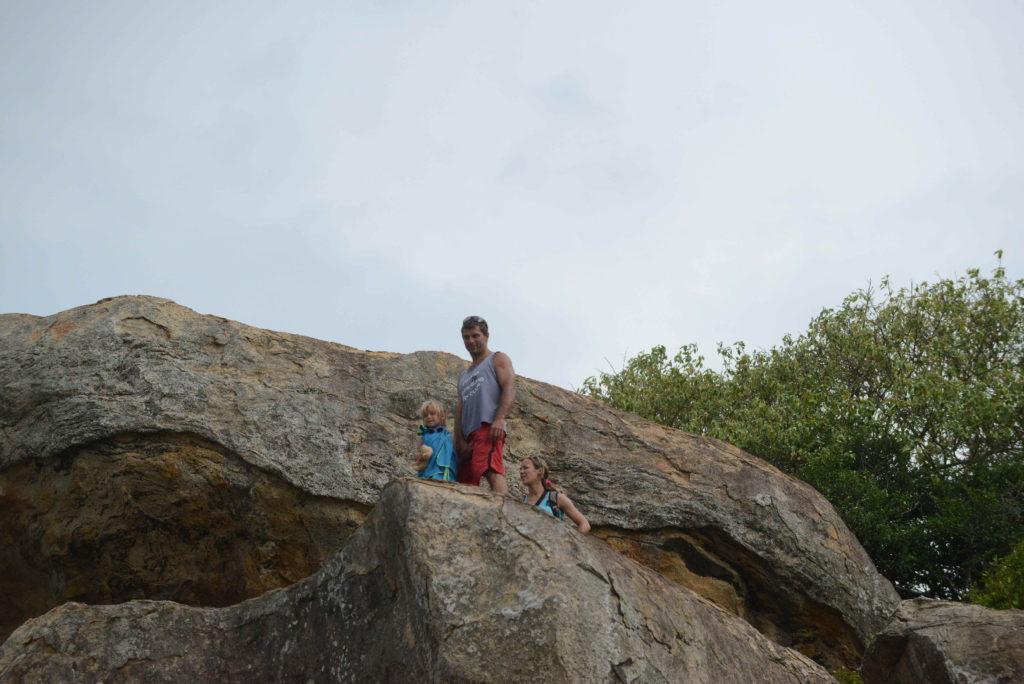 les 3 chatons dans les rochers pour accéder à l'entrée d'elephant rock près d'arugam bay