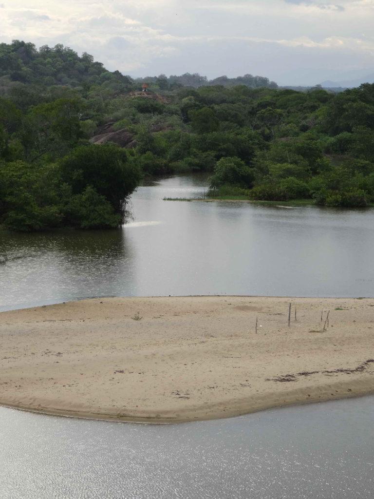 depuis le sommet des rochers, belle vue sur elephant rock, la lagune et les bancs de sable près d'arugam bay