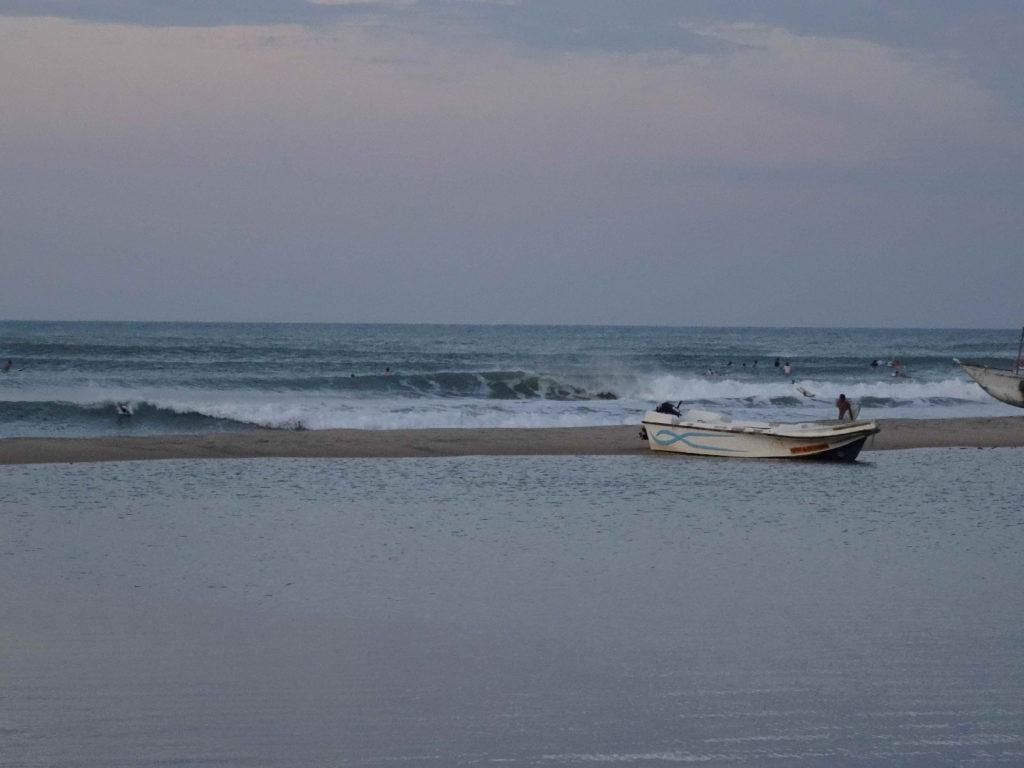 spot de surf arugam bay au soleil couchant