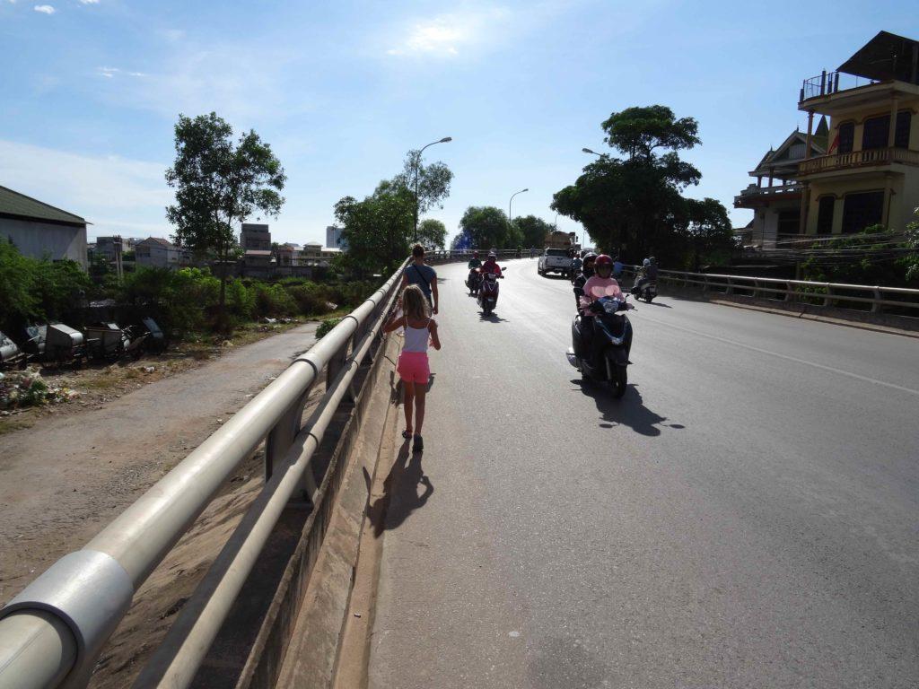 chemin pour rejoindre le bus pour Les grottes du Parc National de Phong Nha Ké Bang