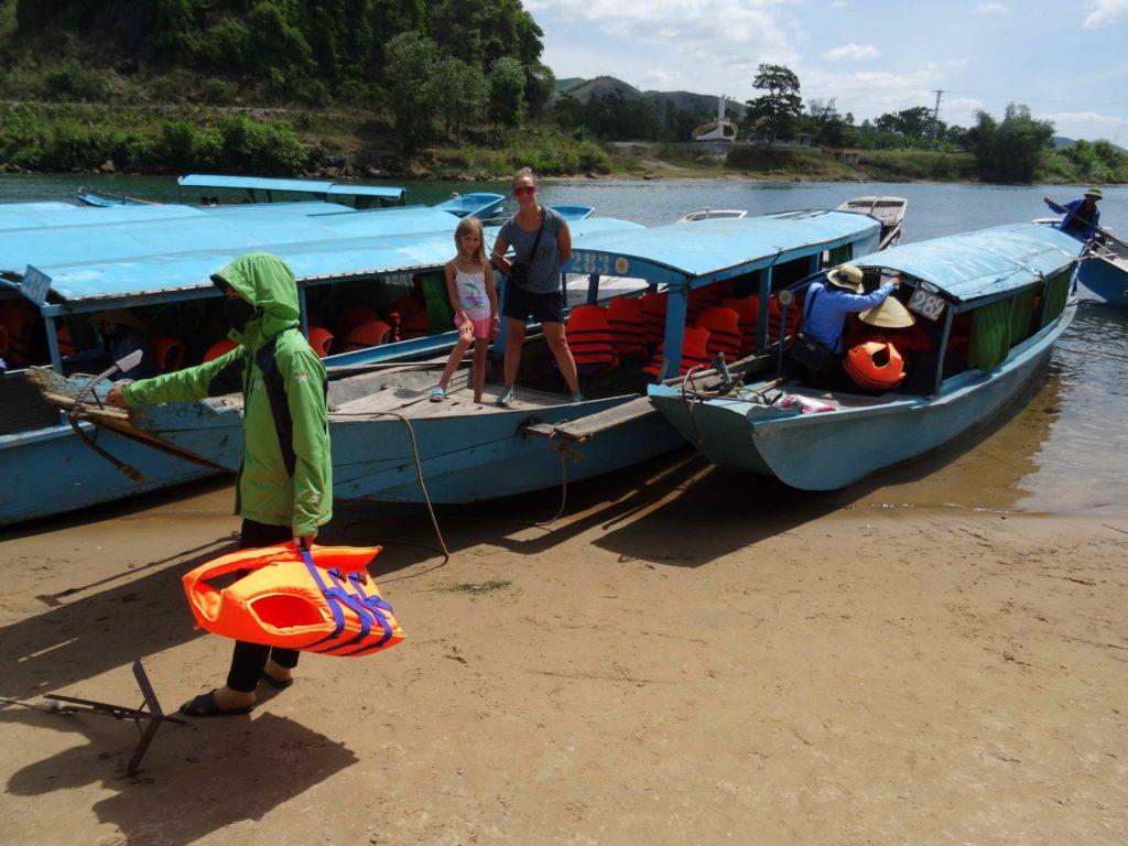 chaton et chatounette à l'embarcadère pour rejoindre Les grottes du Parc National de Phong Nha Ké Bang