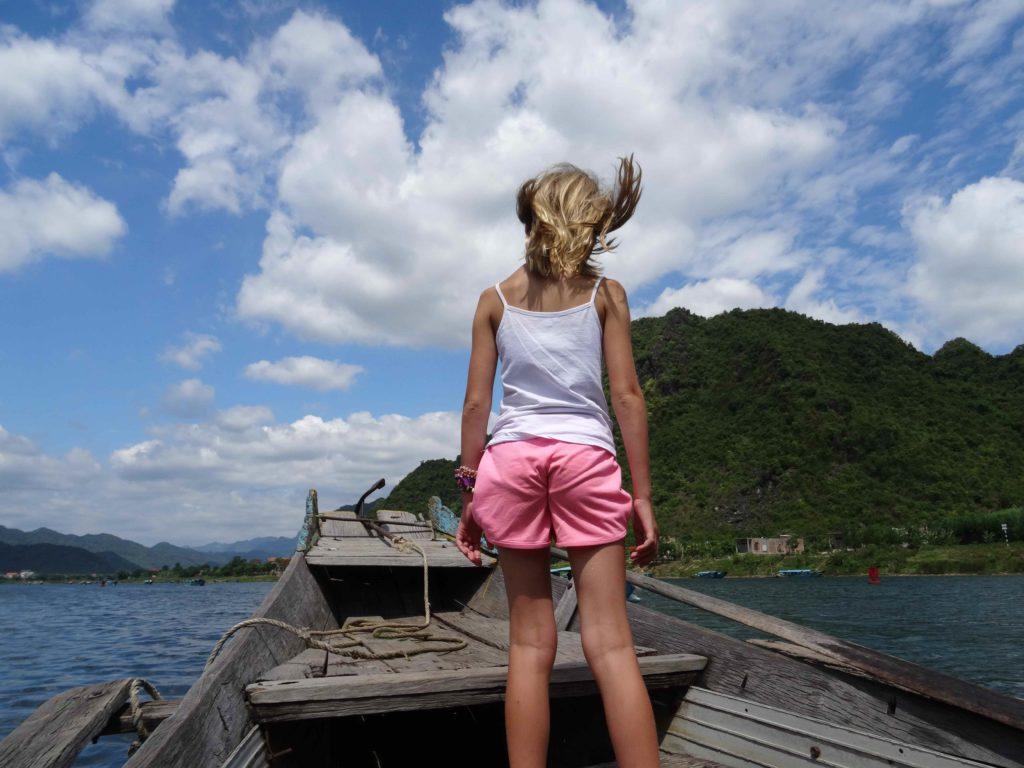 chatounette sur le bateau pour rejoindre Les grottes du Parc National de Phong Nha Ké Bang