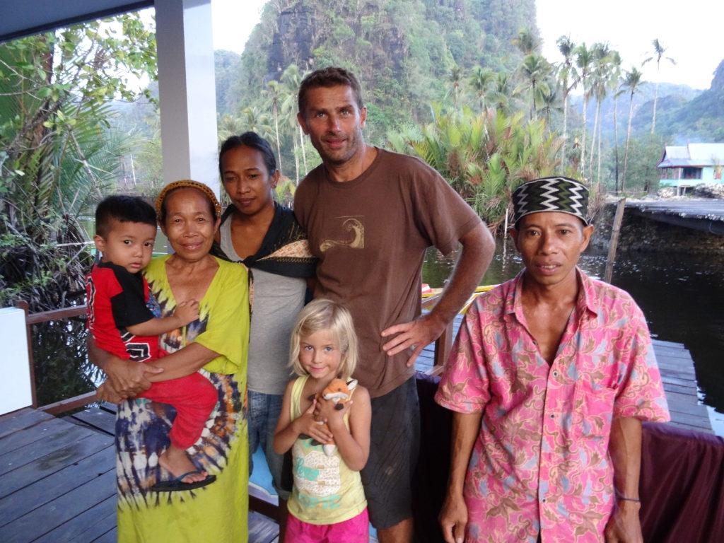 la famille de notre pilote lors du retour en bateau de ramang-ramang