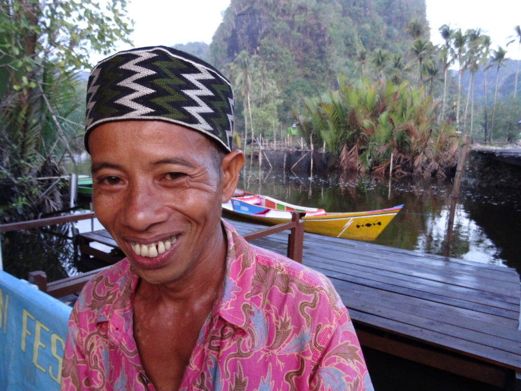 notre conducteur de bateau pour ramang-ramang près de makassar