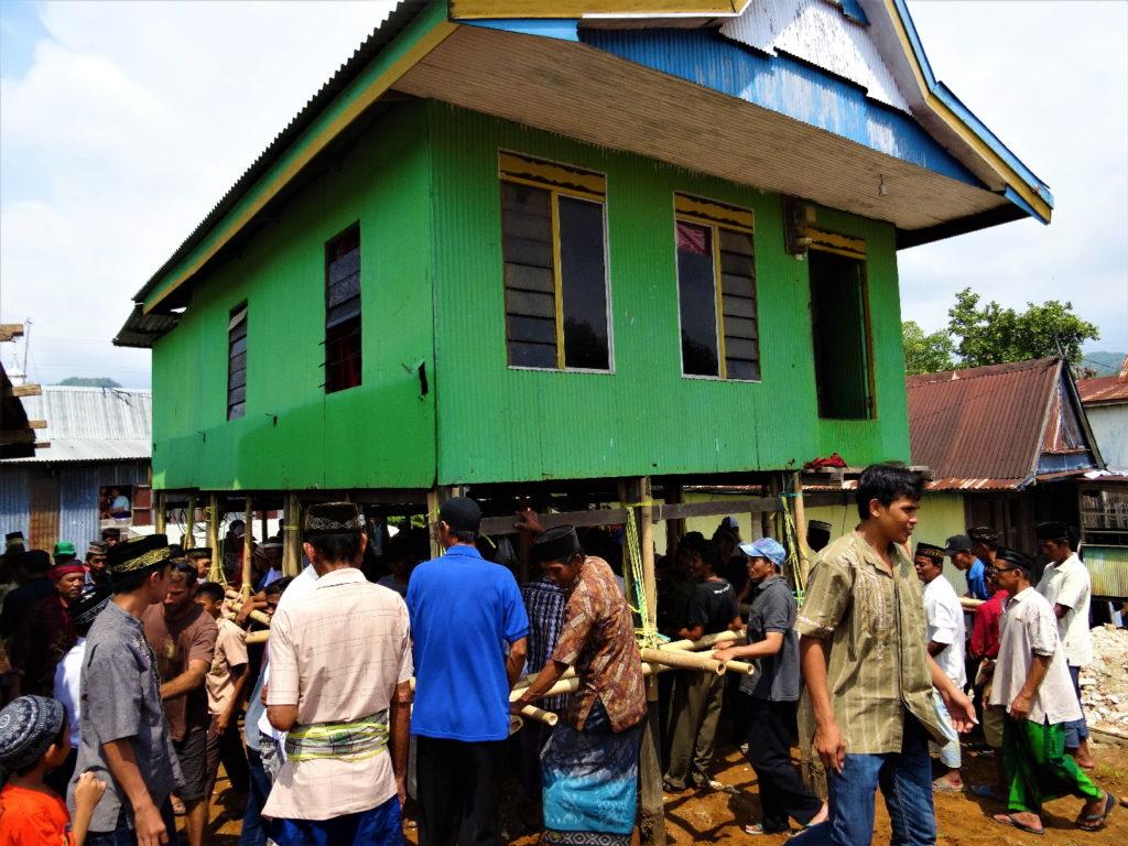 déplacer une maison à bout de bras par une centaine d'hommes, près de ramang-ramang et de makassar