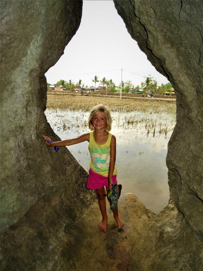 entrée du labyrinthe entre les roches près de ramang-ramang