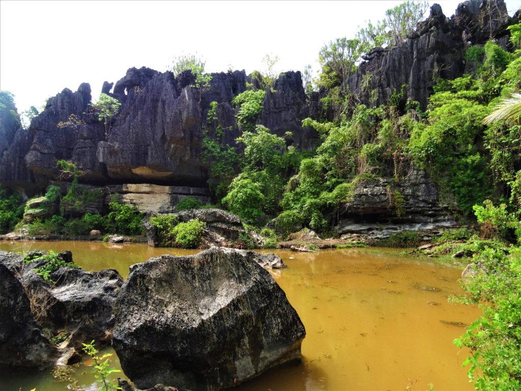 cirque en plein coeur du dédale de roches entre ramang-ramang et makassar