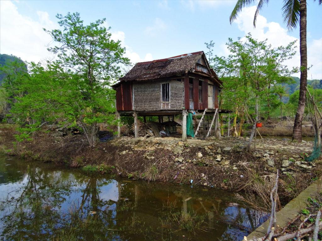 maison sur pilotis à la sortie du labyrinthe dans les roches entre ramang-ramang et makassar