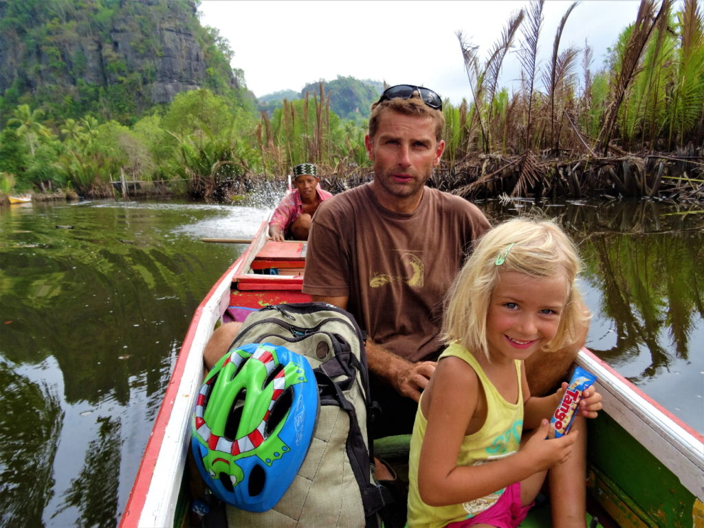 chaton et chatounette sur le bateau au milieu de la mangrove de palmier pour rejoindre ramang-ramang