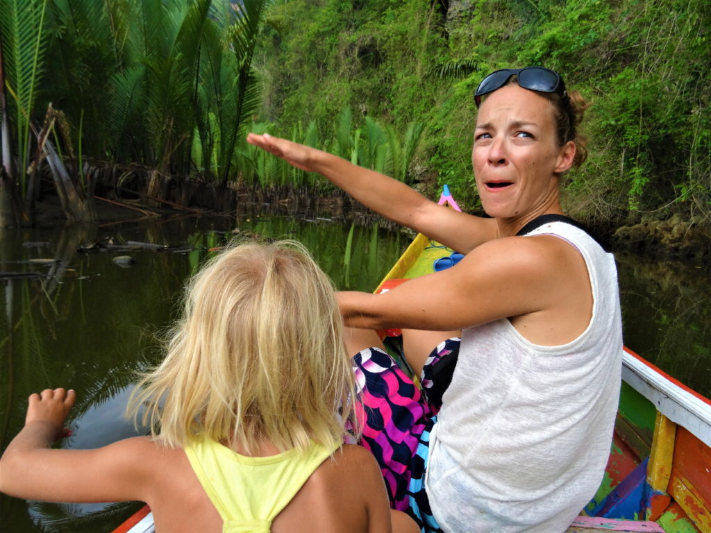 chatoune et chatounette sur le bateau au milieu de la mangrove de palmier pour rejoindre ramang-ramang