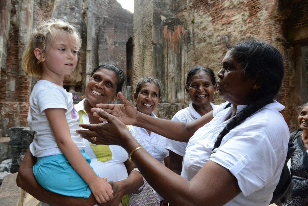 chatounette dans les bras de femmes sri-lankaises à ensemble du Nord, Polonnaruwa