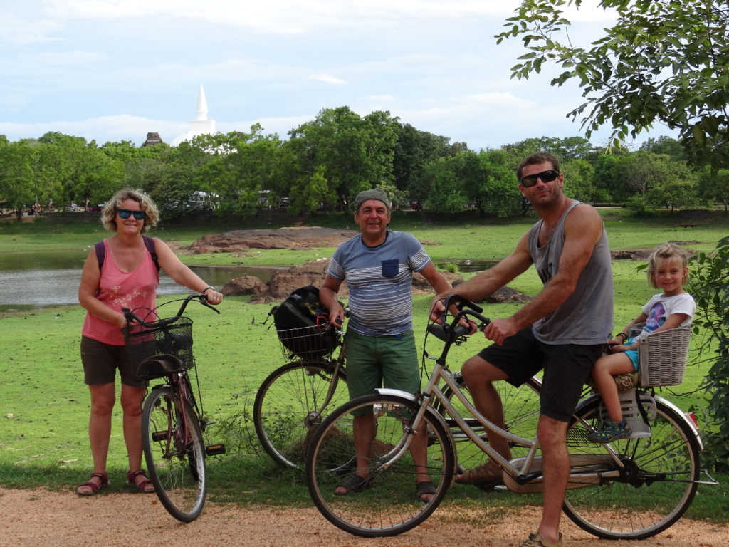 les darons et chaton en vélo àensemble du Nord, Polonnaruwa