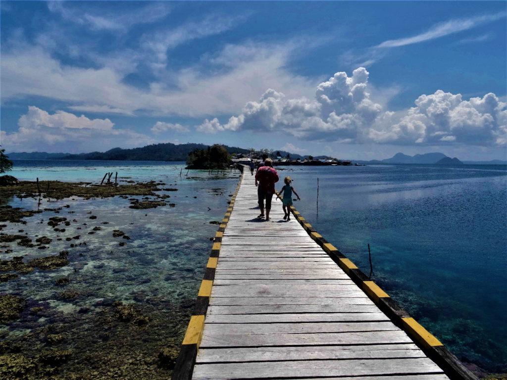 passerelle de 1 kilomètre qui relie pulau papan à malenge, togian