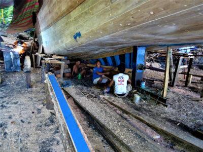 Pulau Siau : construction d'un bateau et coucher de soleil aux sources d'eau chaude