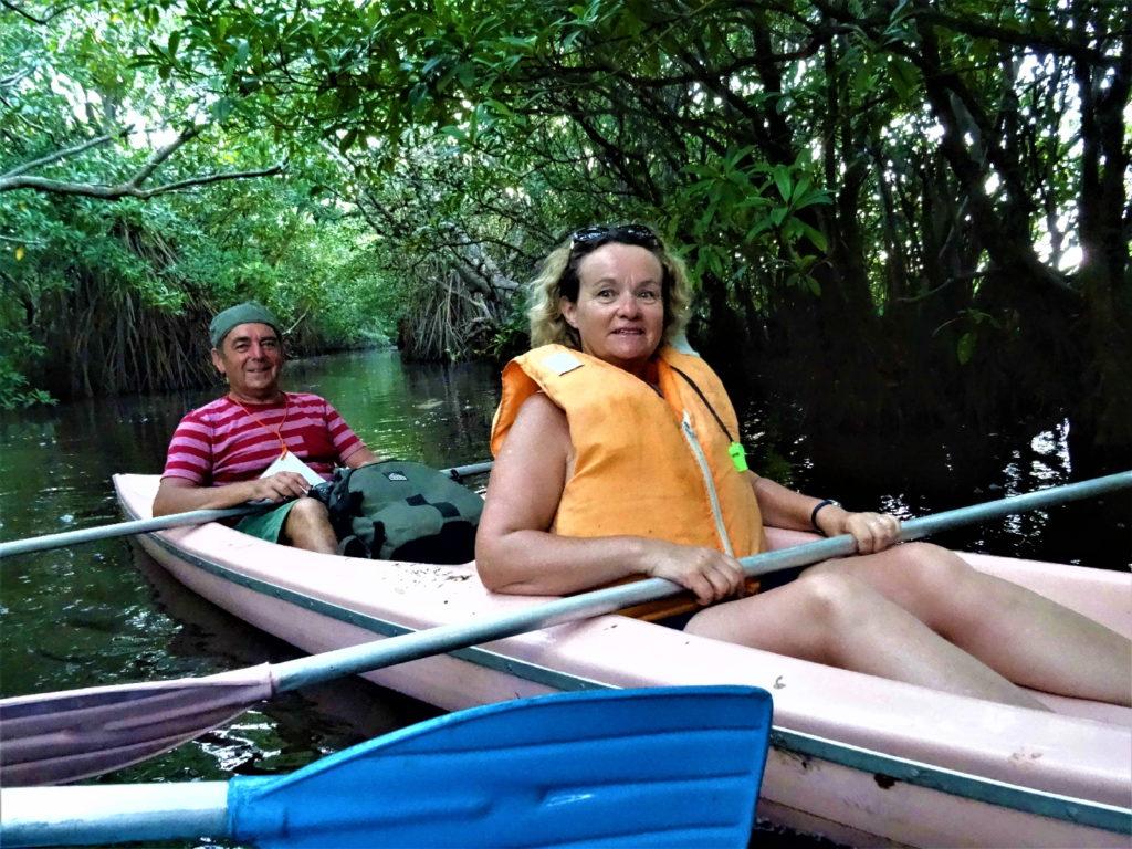 les darons en canoë dans la mangrove de la lagune de tangalle