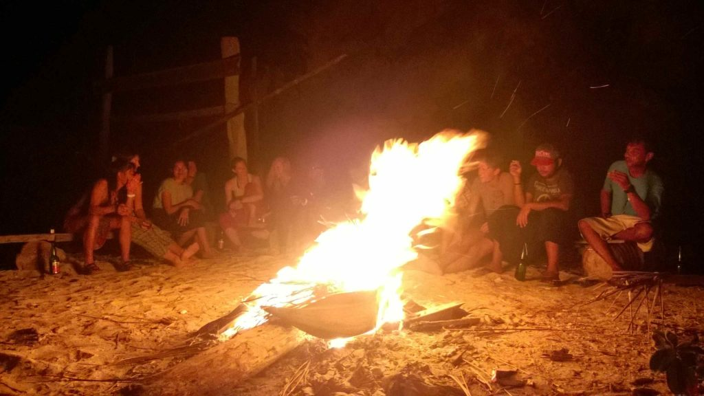 grand feu sur la plage de Pondok Lestari, Kadidiri, Togian, avec la guitare