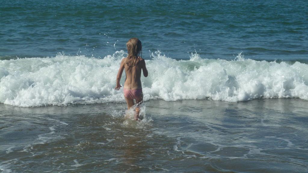 Chatounette sur la plage de Mahambo, se baigne dans la mer