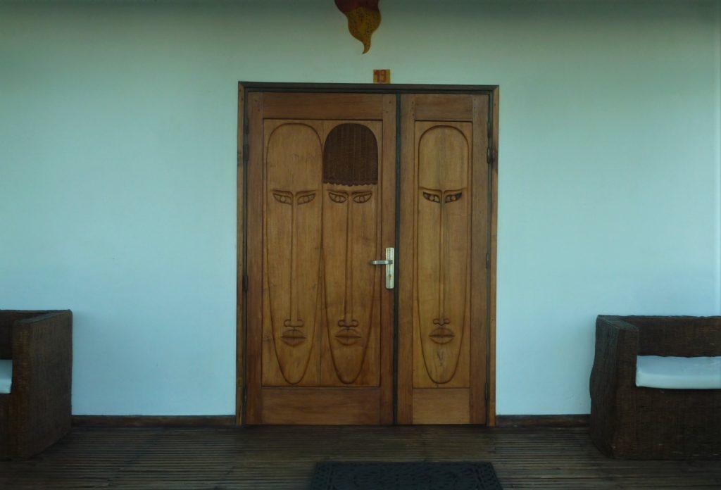 porte en bois sculpté à Mahambo