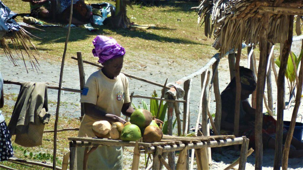 femme malgache qui vend des noix de coco sur la plage de Mahambo