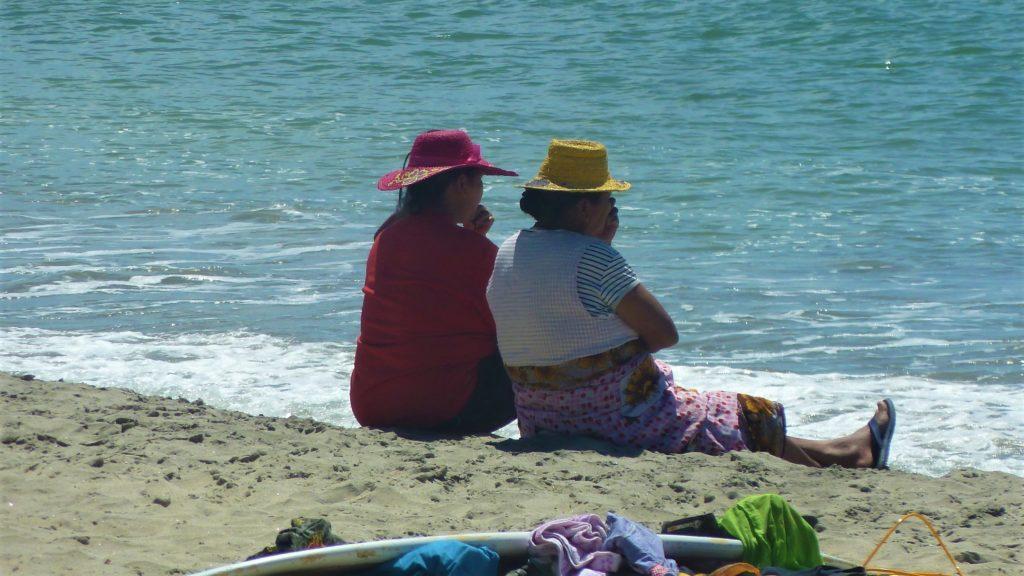 femmes malgaches sur la plage de Mahambo