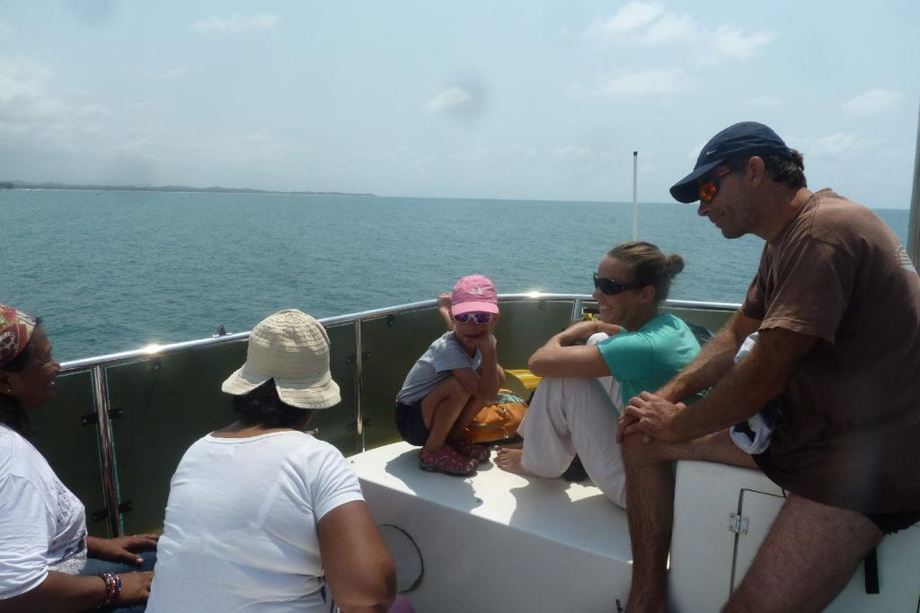 sur le bateau de mahambo à l'île sainte-marie