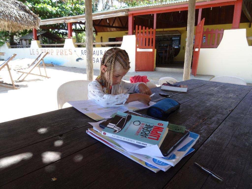chatounette fait ses devoirs sur la plage de ramena