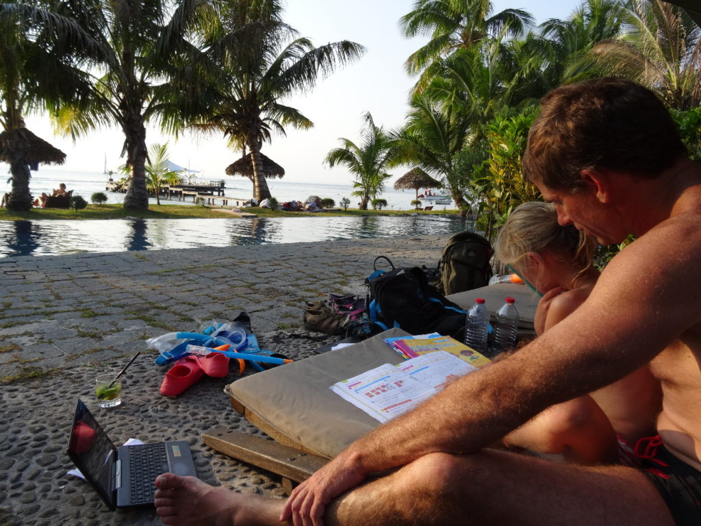 chatounette fait ses devoirs au bord de la piscine du princesse bora lodge & spa
