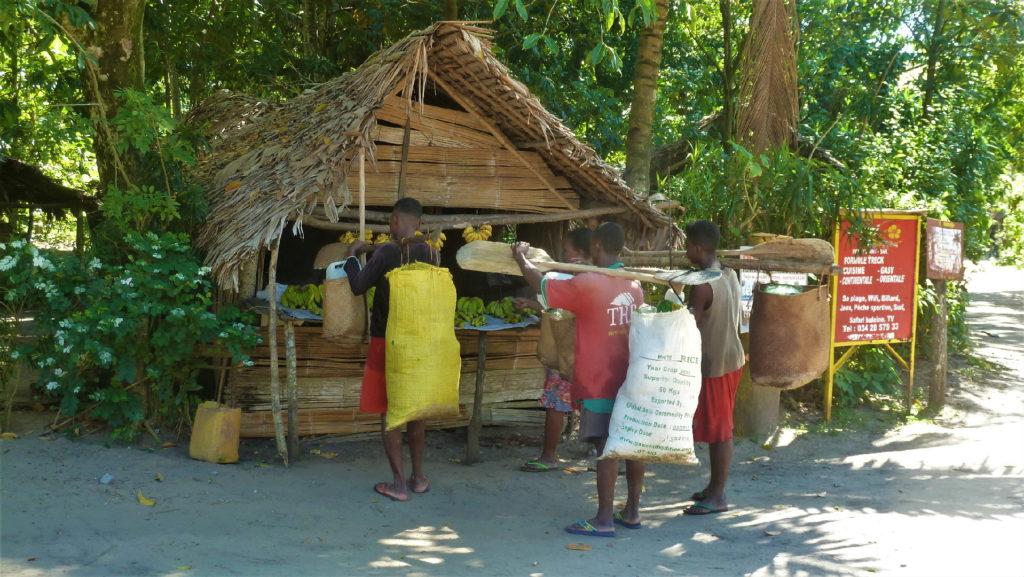 pêcheurs à un étal dans le village de mahambo