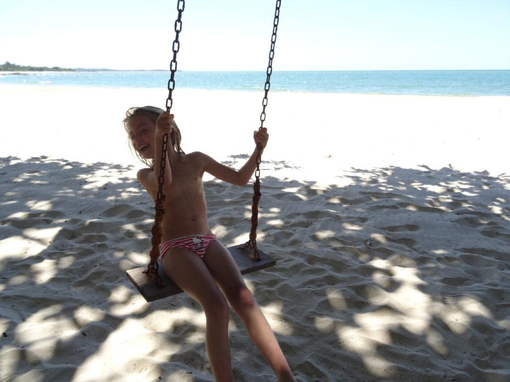 chatounette sur la balançoire sur la plage devant l'hotel hibiscus à mahambo