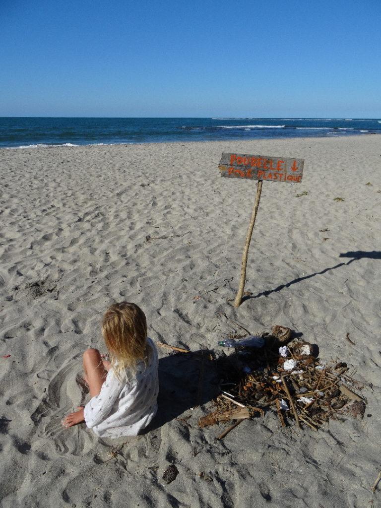 tri sélectif sur la plage de mahambo