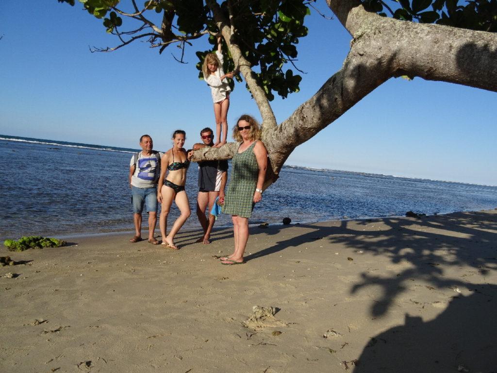 photo de famille sur la plage de mahambo