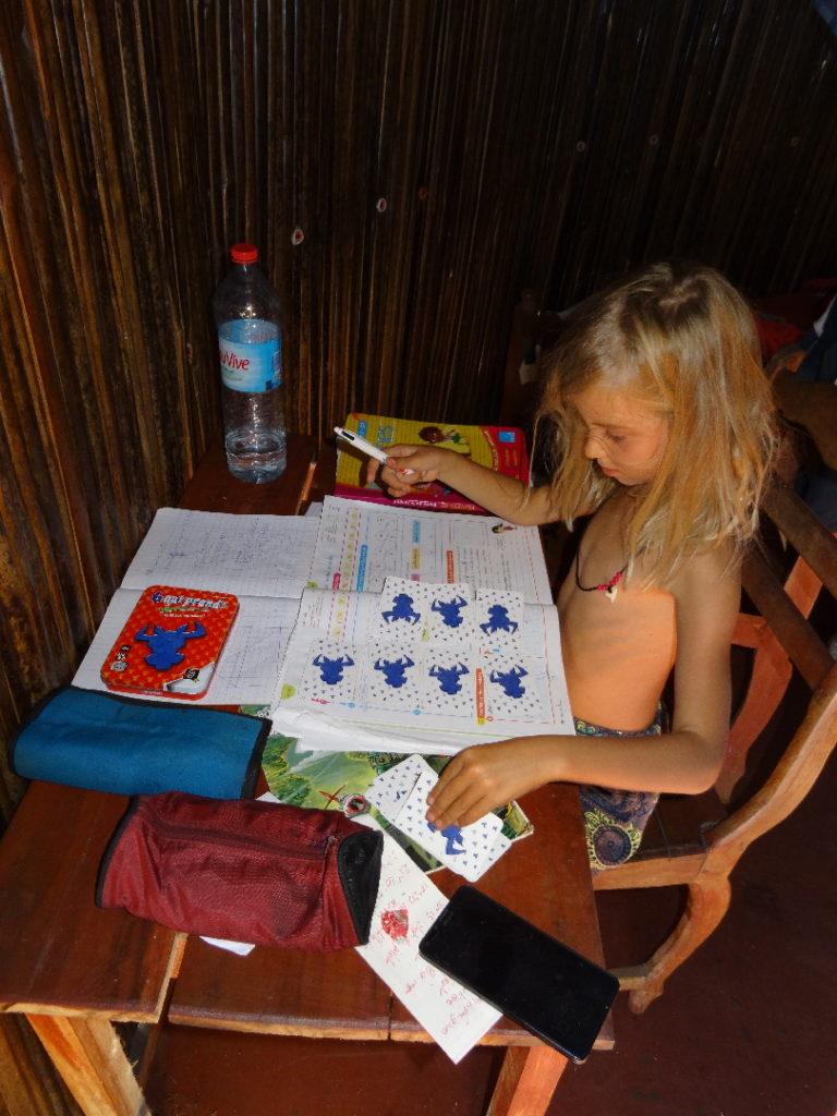 chatounette aux devoirs dans notre logement chez aurélien aux portes du parc national de l'ankarana