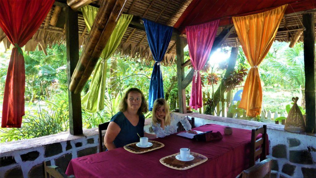 mamisa et chatounette au petit déjeuner de l'hotel ylang ylang à mahambo