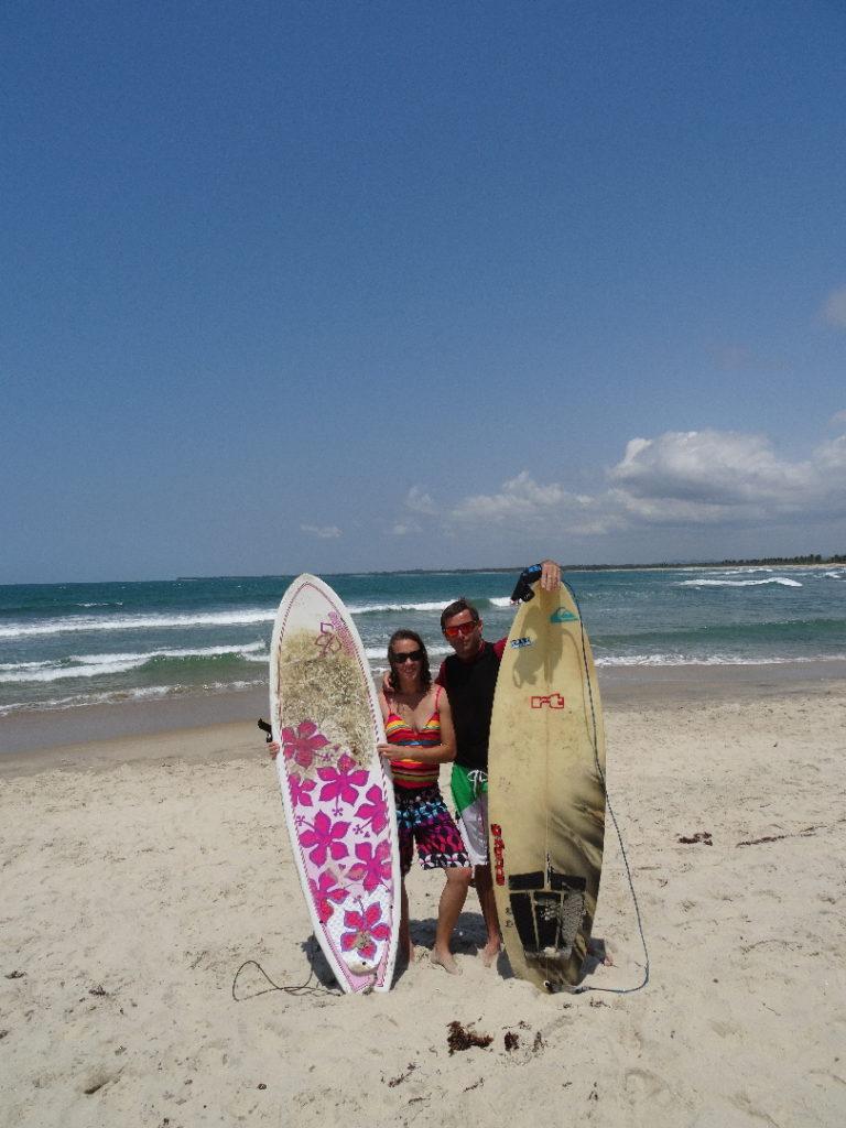 chaton et chatoune sur la plage de mahambo avec leurs surfs : mini-malibu et fish