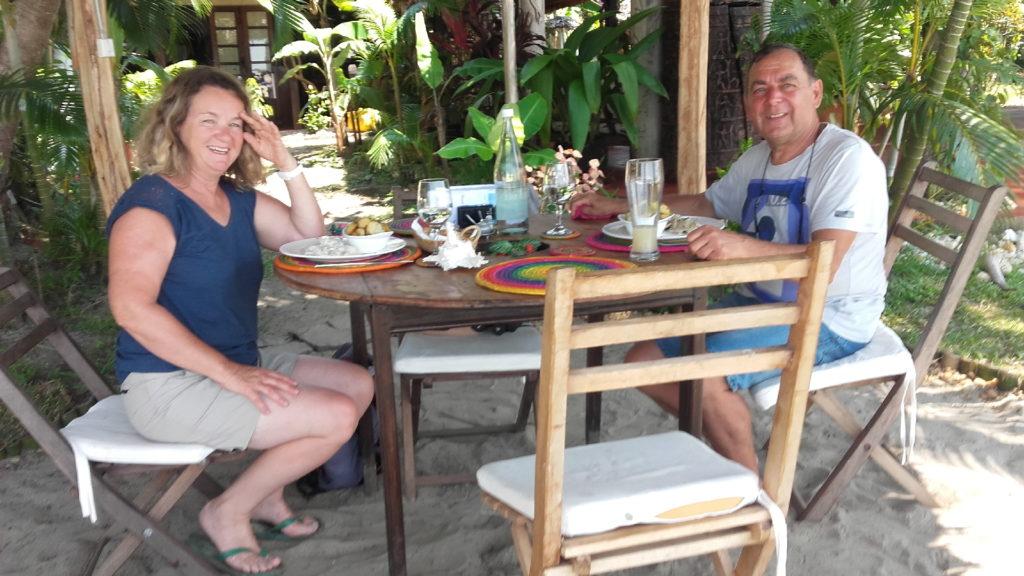 pépère et mamisa au restaurant de l'hotel de luxe à mahambo