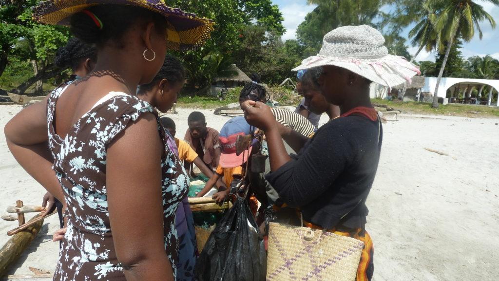 scène de vie plage de mahambo, pêche