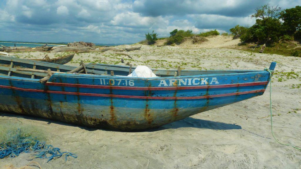 bateau sur la plage de mahambo