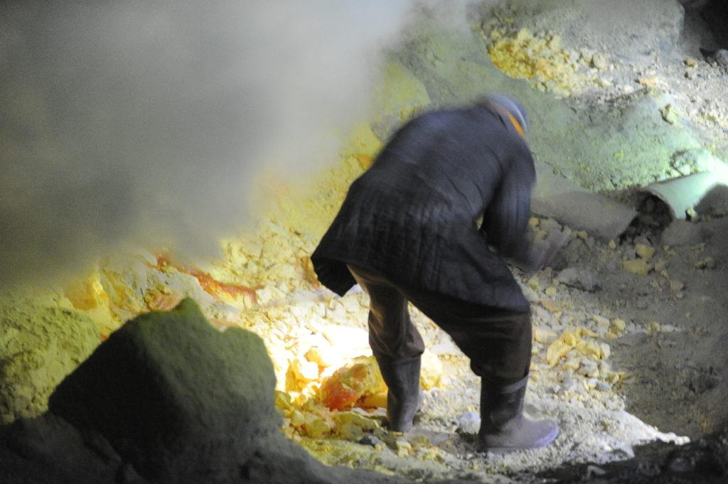extraction du souffre dans le cratère du Kawah Ijen