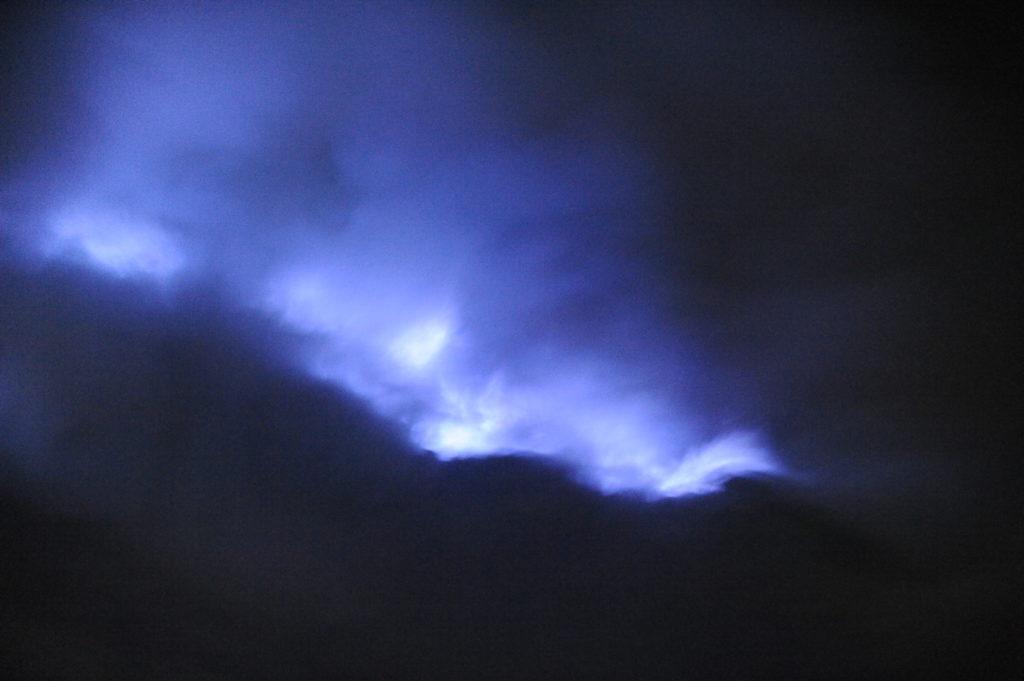 les flammes bleues dans le centre du cratère du volcan de souffre du Mont Kawah Ijen, Java, Indonésie