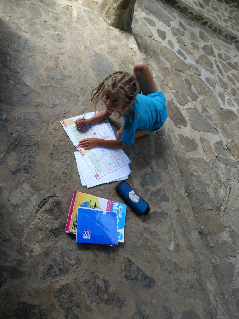 chatounette fait ses devoirs à madiro hotel, à même le sol, à nosy be