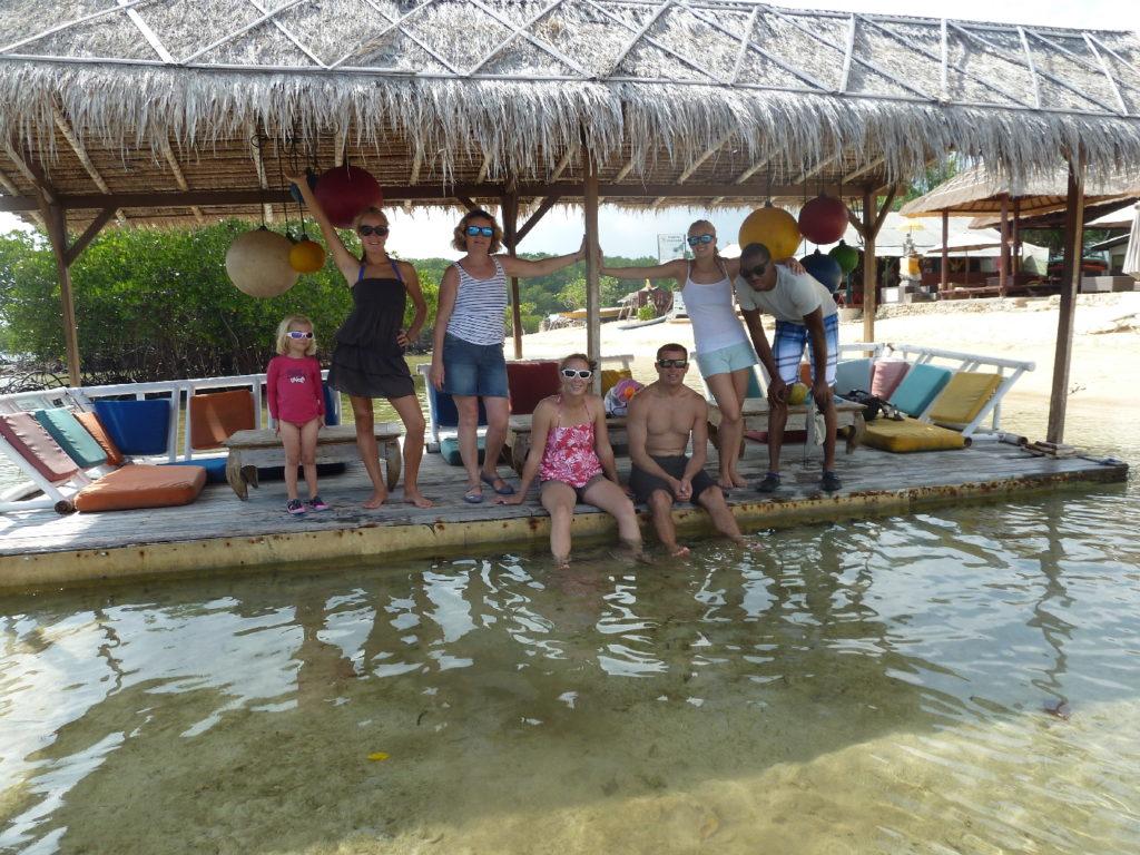 ponton salon flottant à mangrove nusa lembongan, presque toute la famille
