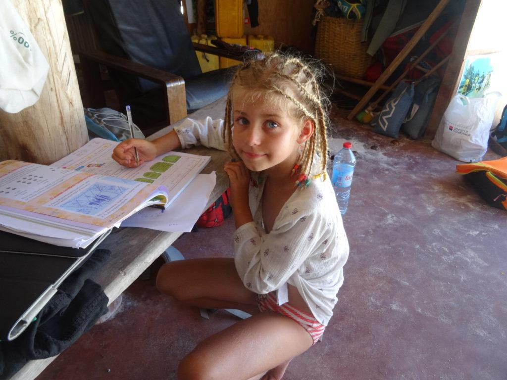 chatounette fait ses devoirs dans l'école de kitesurf north mada kite, baie de sakalava, madagascar