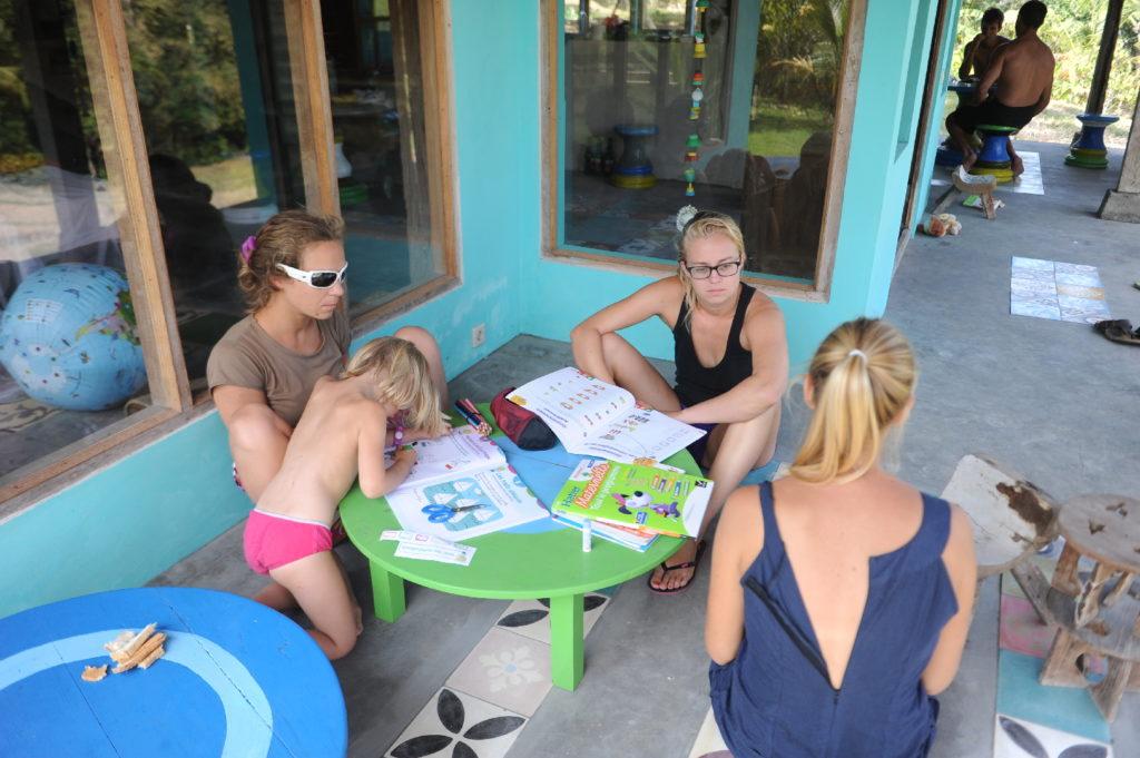 devoirs pour Chatounette à la maison bleue dans les rizières