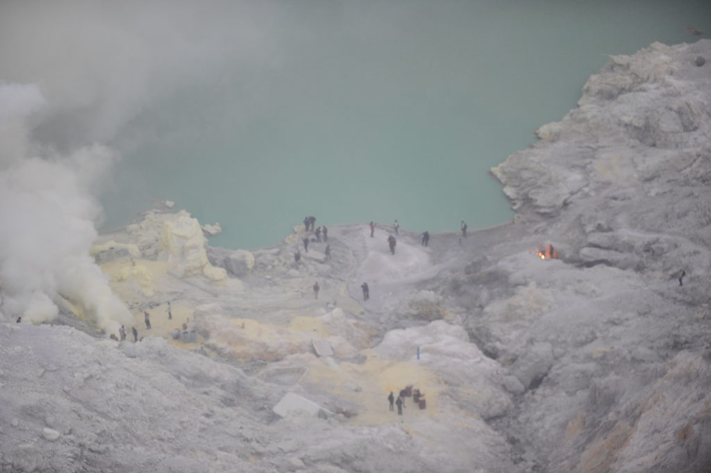 cratère du mont Kawah Ijen, Java, Indonésie, et son lac vert